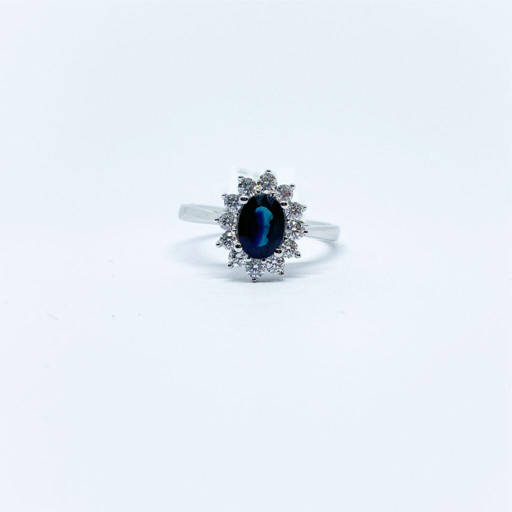 Anillo Zafiro Oval con Diamantes