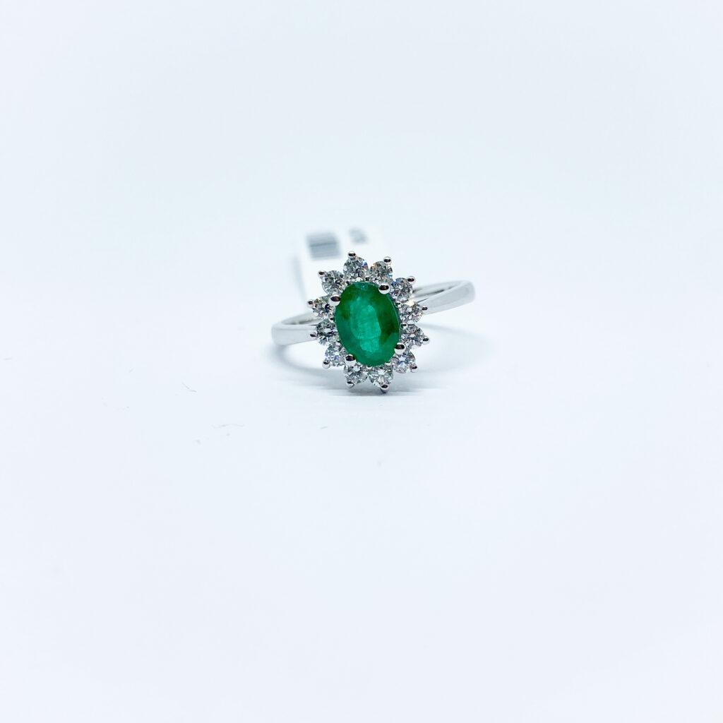 Anillo Esmeralda Oval con Diamantes
